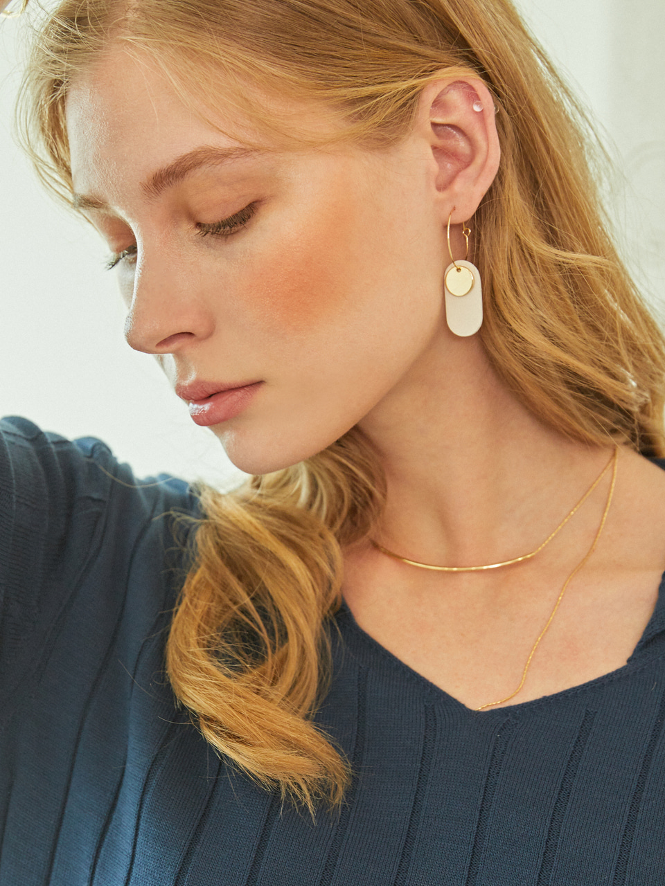 [예약 배송] GOLDY LEATHER EARRINGS (Cream White)