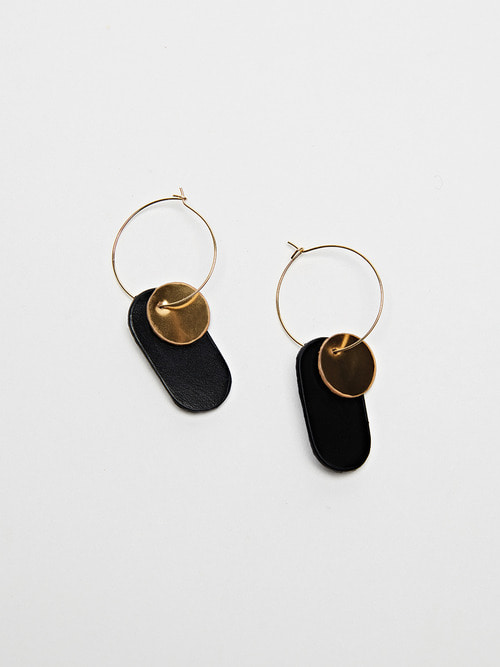 GOLDY LEATHER EARRING (Black)