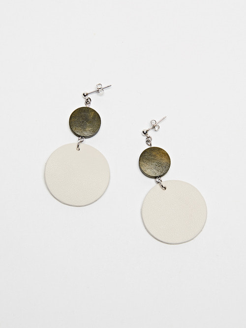CIRCLE LEATHER EARRING (White)