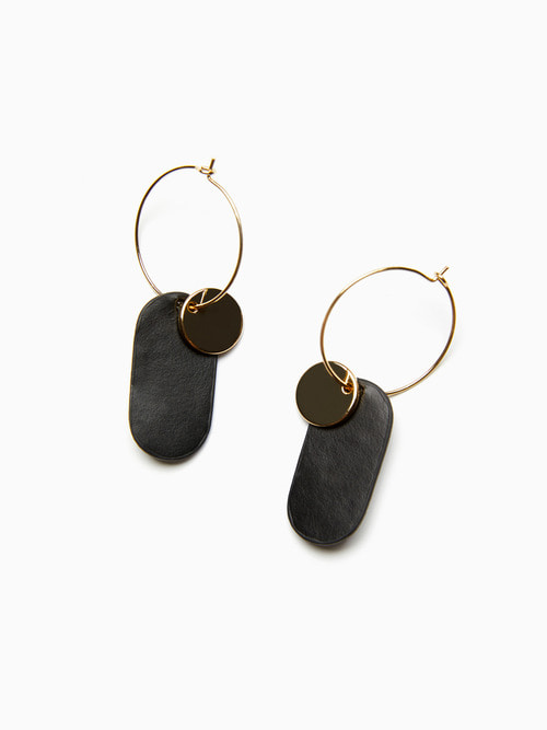 [예약배송 9/17 ~ 순차 출고] GOLDY LEATHER EARRINGS (Black)