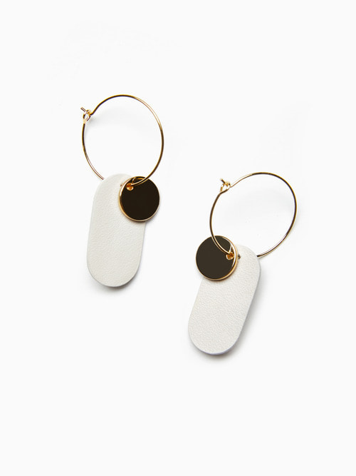 [예약배송 9/17 ~ 순차 출고] GOLDY LEATHER EARRINGS (Cream White)