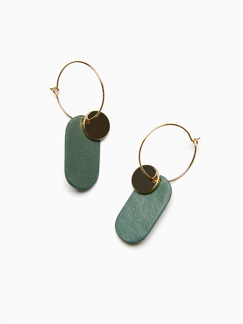 [예약배송 9/17 ~ 순차 출고] GOLDY LEATHER EARRINGS (Blush green)